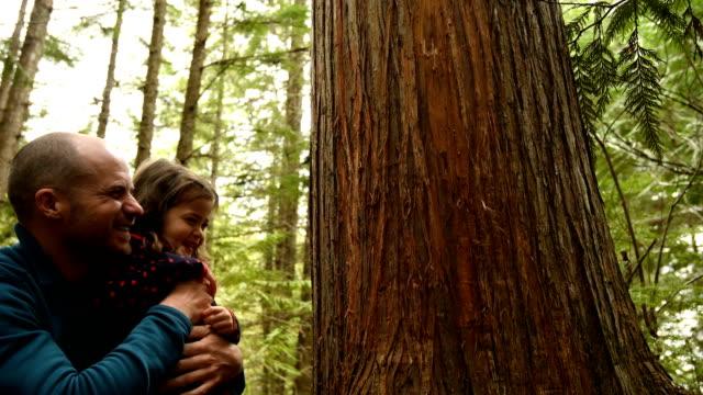 Père et fille en connexion avec la nature