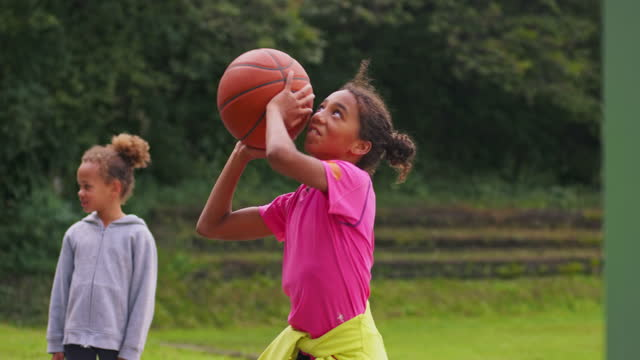 vidéos et rushes de père et descendant faisant les cinq élevés en jouant au basket-ball - three people
