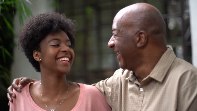vídeos de stock, filmes e b-roll de pai e filha abraçando - perto de
