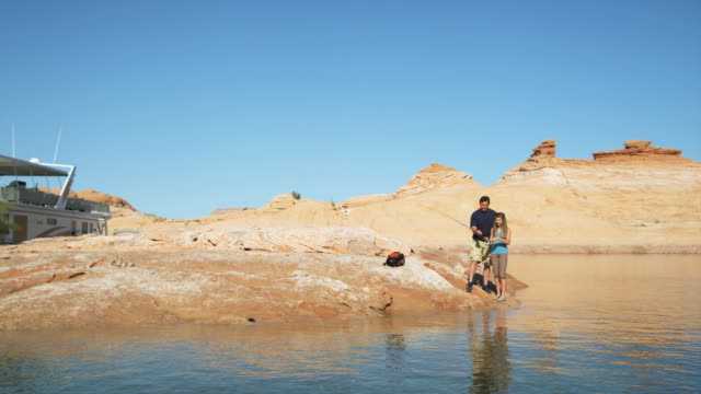 vidéos et rushes de father and daughter fishing - lac powell