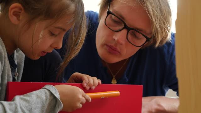 vidéos et rushes de father and daughter fixing handle on toy door - genderblend