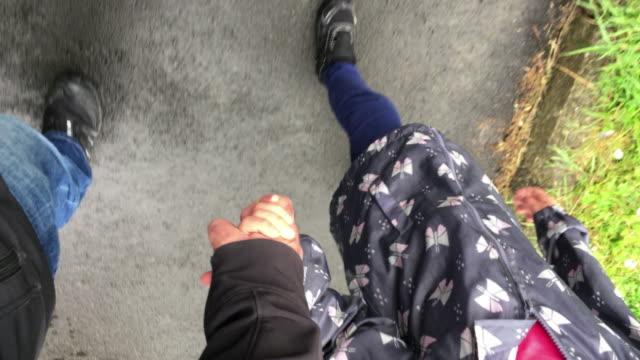 vídeos y material grabado en eventos de stock de father and daughter holding hands walking together - 6 7 años