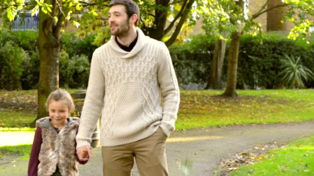 padre e figlia in un parco - figlia femmina video stock e b–roll