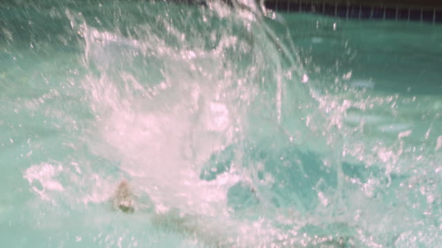 ms tu td slo mo father and daughter (10-11) in swimming pool / squamish, british columbia, canada - 10 11 jahre stock-videos und b-roll-filmmaterial