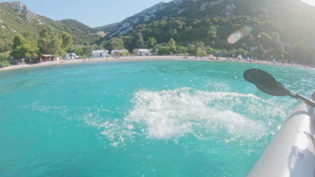 vidéos et rushes de ms père et fille, kayak sur l'océan bleu ensoleillé et tranquille, peljesac, croatie - jeunes filles
