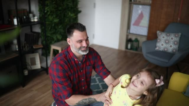 vídeos de stock e filmes b-roll de father and daughter playing at home - masculinidade moderna