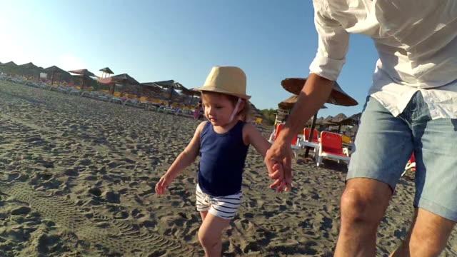 父と娘のビーチで演奏 - 東ヨーロッパ民族点の映像素材/bロール