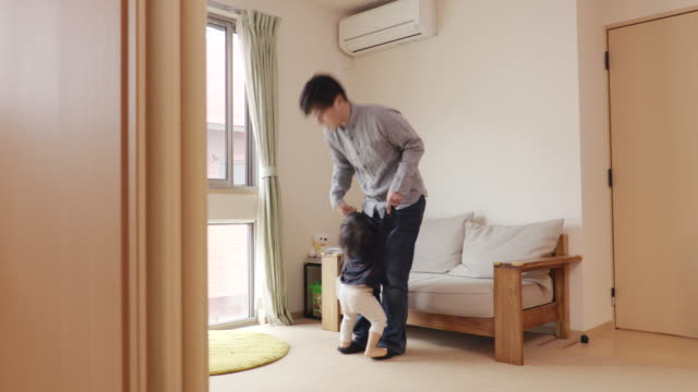 father and daughter playing in the house - 親点の映像素材/bロール