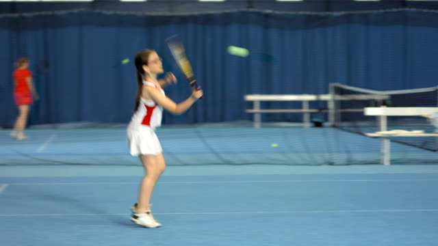 vídeos de stock, filmes e b-roll de ls pai e filha jogando de duplas mistas - tênis esporte de raquete