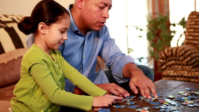 vídeos y material grabado en eventos de stock de ms father and daughter (6-7) playing puzzle together / lamy, new mexico, usa - puzzle