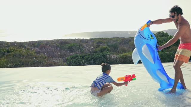 father and daughter playing - 水鉄砲点の映像素材/bロール