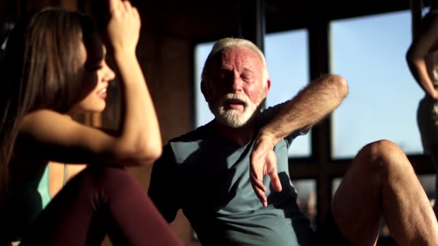 vídeos de stock e filmes b-roll de father and daughter resting after a workout - desportista