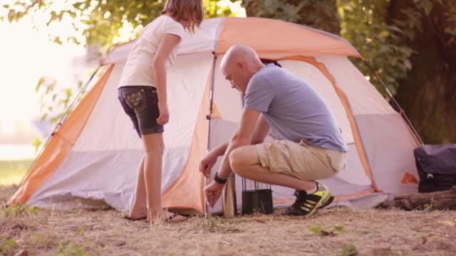 父と娘が一緒に屋外テントを設定 - テント点の映像素材/bロール