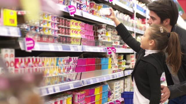 DOLLY: Padre e hija de compras en un supermercado