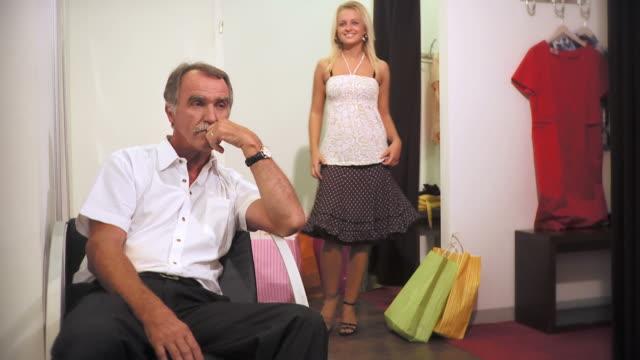 vídeos de stock e filmes b-roll de hd: pai e filha às compras - frustração