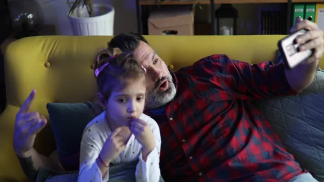 vídeos de stock e filmes b-roll de father and daughter taking selfie - masculinidade moderna