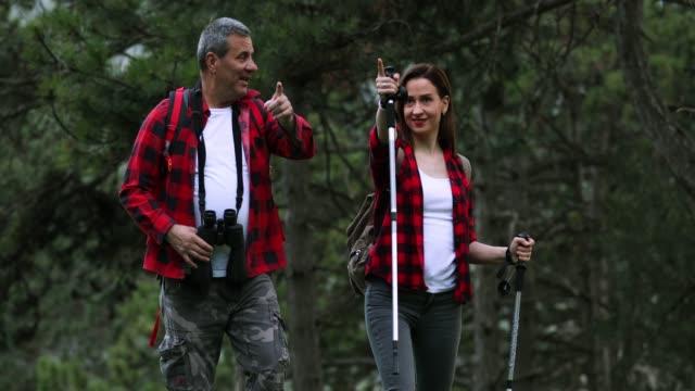 vídeos y material grabado en eventos de stock de padre e hija camino de senderismo en alta montaña - extreme close up