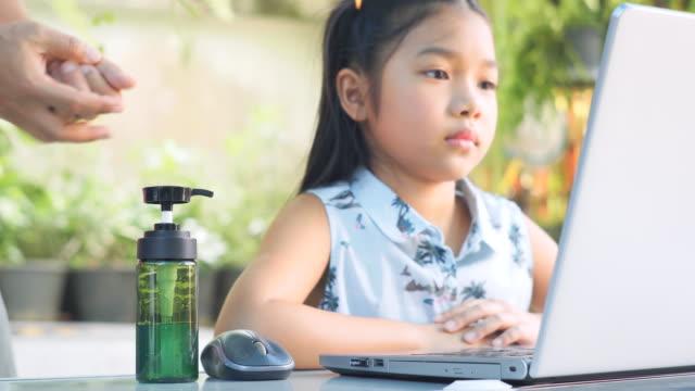 vater und tochter mit einem handdesinfektionsmittel - hygiene stock-videos und b-roll-filmmaterial