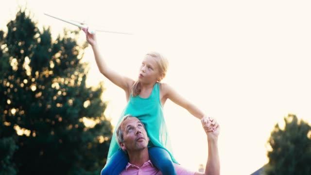 父と娘 - 肩に乗せる点の映像素材/bロール