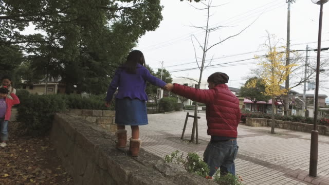father and daughter walking holding hands - familie mit drei kindern stock-videos und b-roll-filmmaterial