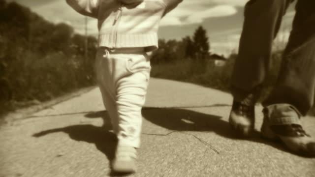 vídeos de stock, filmes e b-roll de hd: pai e filha caminhando - nostalgia