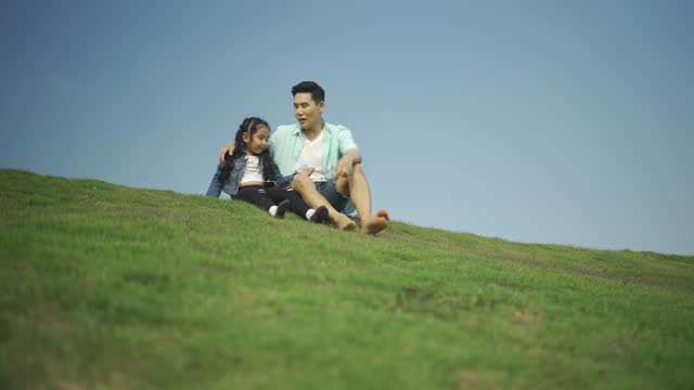 vidéos et rushes de father and daughter were enjoying a walk up a mountain slope. outdoor family asia, holiday summer family camping and travel - activité de plein air