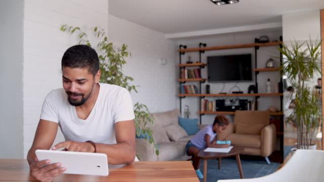 vidéos et rushes de père et fille travaillent ensemble sur le travail à domicile - genderblend