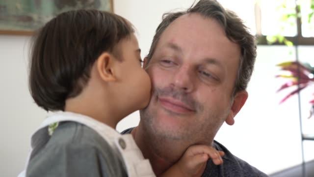 vídeos de stock, filmes e b-roll de pai e filho da síndrome de down em casa - latino americano