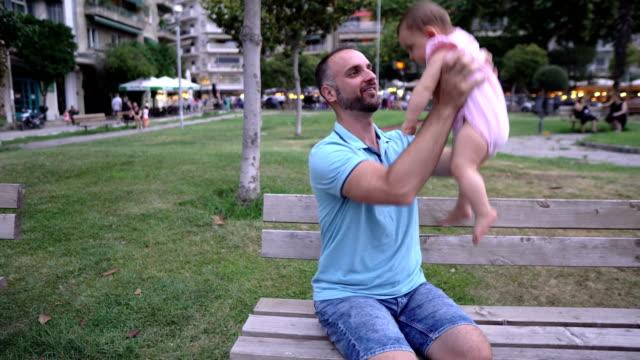 夏休みに父親と赤ちゃん - ジェンダーブレンド点の映像素材/bロール