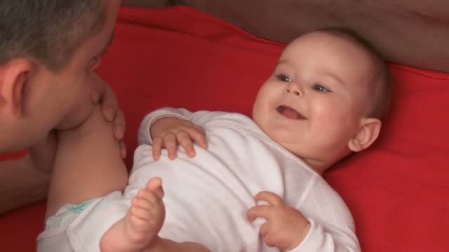 stockvideo's en b-roll-footage met hd: father and his baby - genderblend