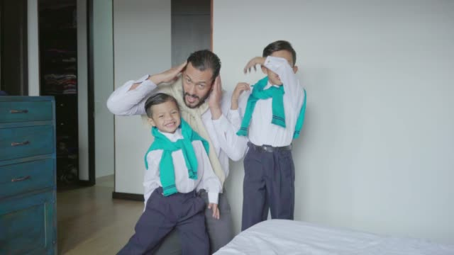 vídeos de stock e filmes b-roll de father and his children finishing getting ready to leave the house - formal