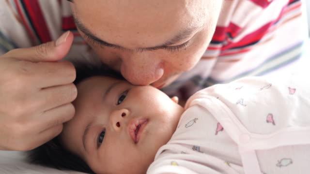父と娘  - 生後1ヶ月点の映像素材/bロール