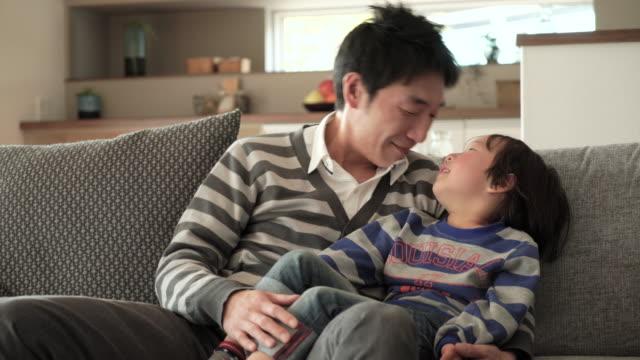 父と息子のように楽しむ - indoors点の映像素材/bロール