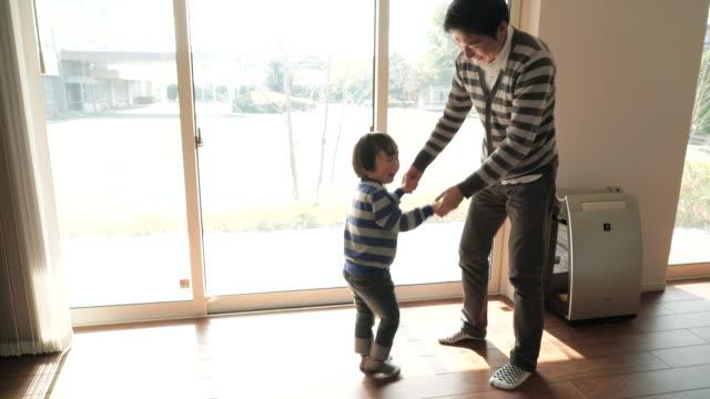 父と息子のように楽しむ - 居間点の映像素材/bロール