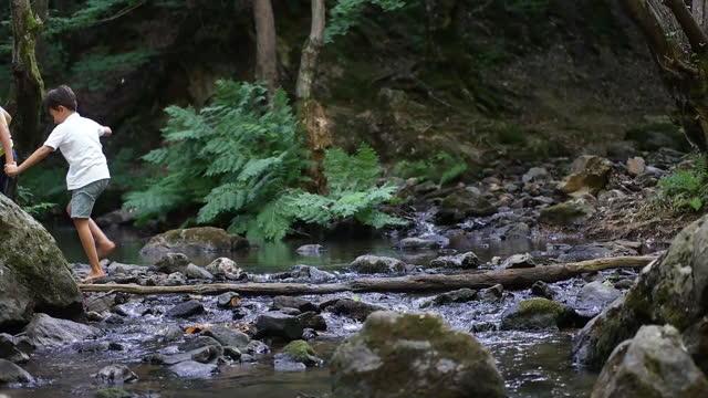far och barn vandring i flod av - 6 7 år bildbanksvideor och videomaterial från bakom kulisserna
