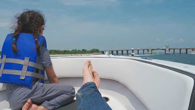 padre e figlia piccola in sella a un motoscafo in mare - giacca di salvataggio video stock e b–roll