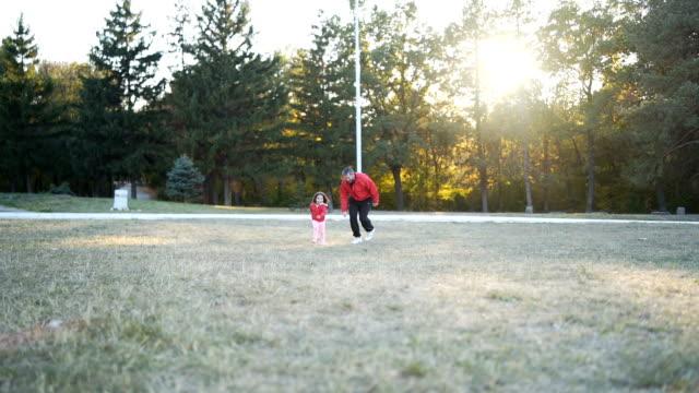 vídeos de stock e filmes b-roll de father and little daughter running in park - masculinidade moderna