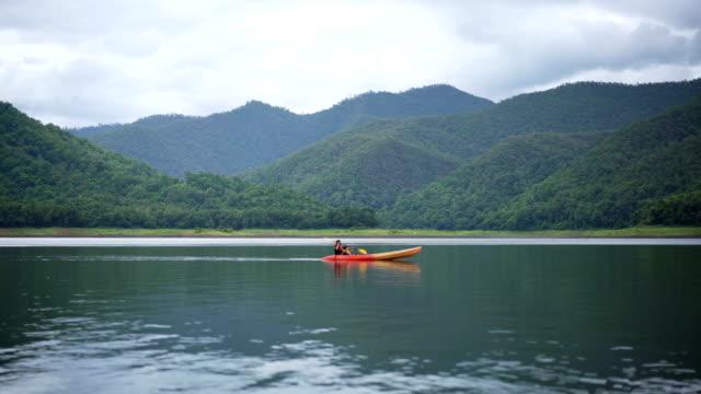 4 K WS 父とアジアの旅行の間に、湖でカヤックの幼い息子。