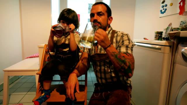 Vater und Sohn Celebratingthe Oktoberfest zu Hause