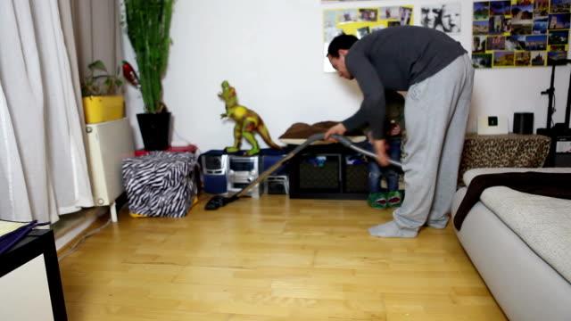 父と息子が家を掃除する - 片付いた部屋点の映像素材/bロール