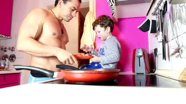 vater und sohn kochen - single father stock-videos und b-roll-filmmaterial