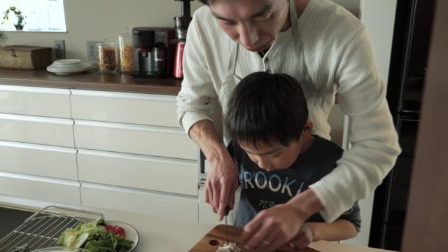 父と息子のマッシュルームカット - 家事点の映像素材/bロール