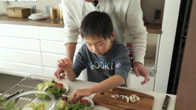 父と息子のカティング、マッシュルーム、ナイフ - 調理する点の映像素材/bロール