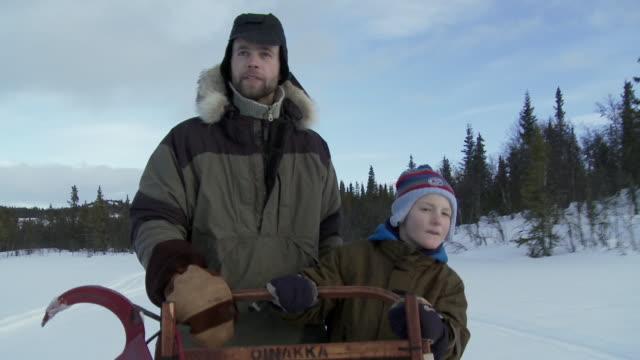 ms, father and son (6-7) dog sledding, hemsedal, norway - 6 7 år bildbanksvideor och videomaterial från bakom kulisserna