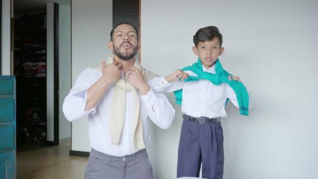 vídeos de stock e filmes b-roll de father and son dressing similarly - cultura latino americana
