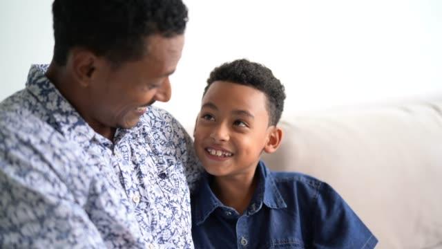 vídeos y material grabado en eventos de stock de padre e hijo abrazando - hijo