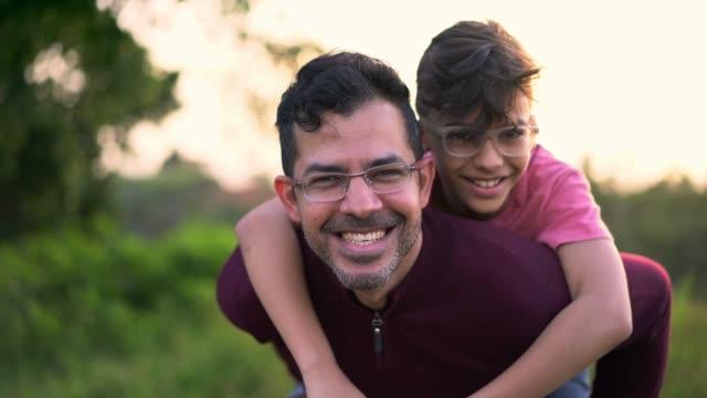 vídeos y material grabado en eventos de stock de padre e hijo disfrutando de la naturaleza - gafas