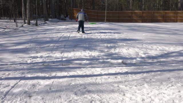 父と息子の裏庭で冬を楽しんでいます。