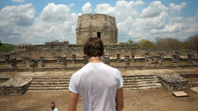 vídeos de stock e filmes b-roll de ms father and son exploring mayapan ruins together during visit on vacation - maia