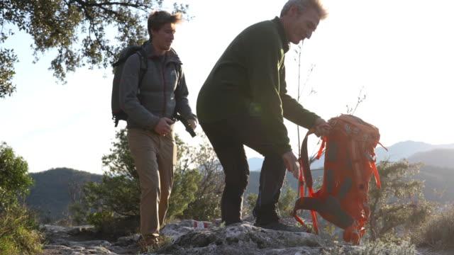 vater und sohn folgen dem weg auf dem bergrücken - sitzen stock-videos und b-roll-filmmaterial